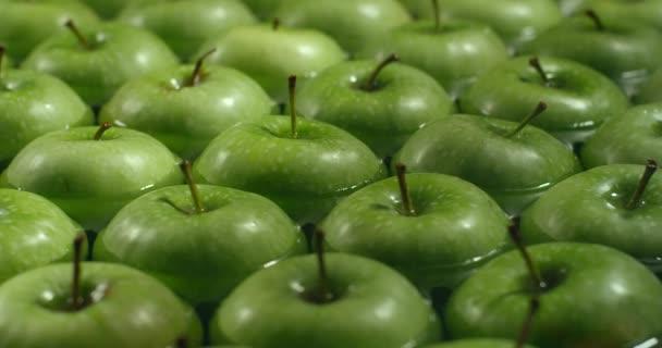 Jablka do vody zpomalené. Jablka ve vodě