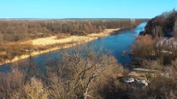 Letecká Palná střela z hnědých lesních lesů na podzim s řekou. Rusko