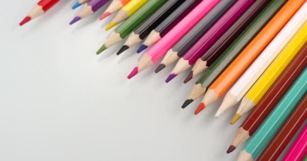 Barevné tužky se zobrazují na bílém pozadí. Zavřít pohled, záběr na červený 6k fotoaparát