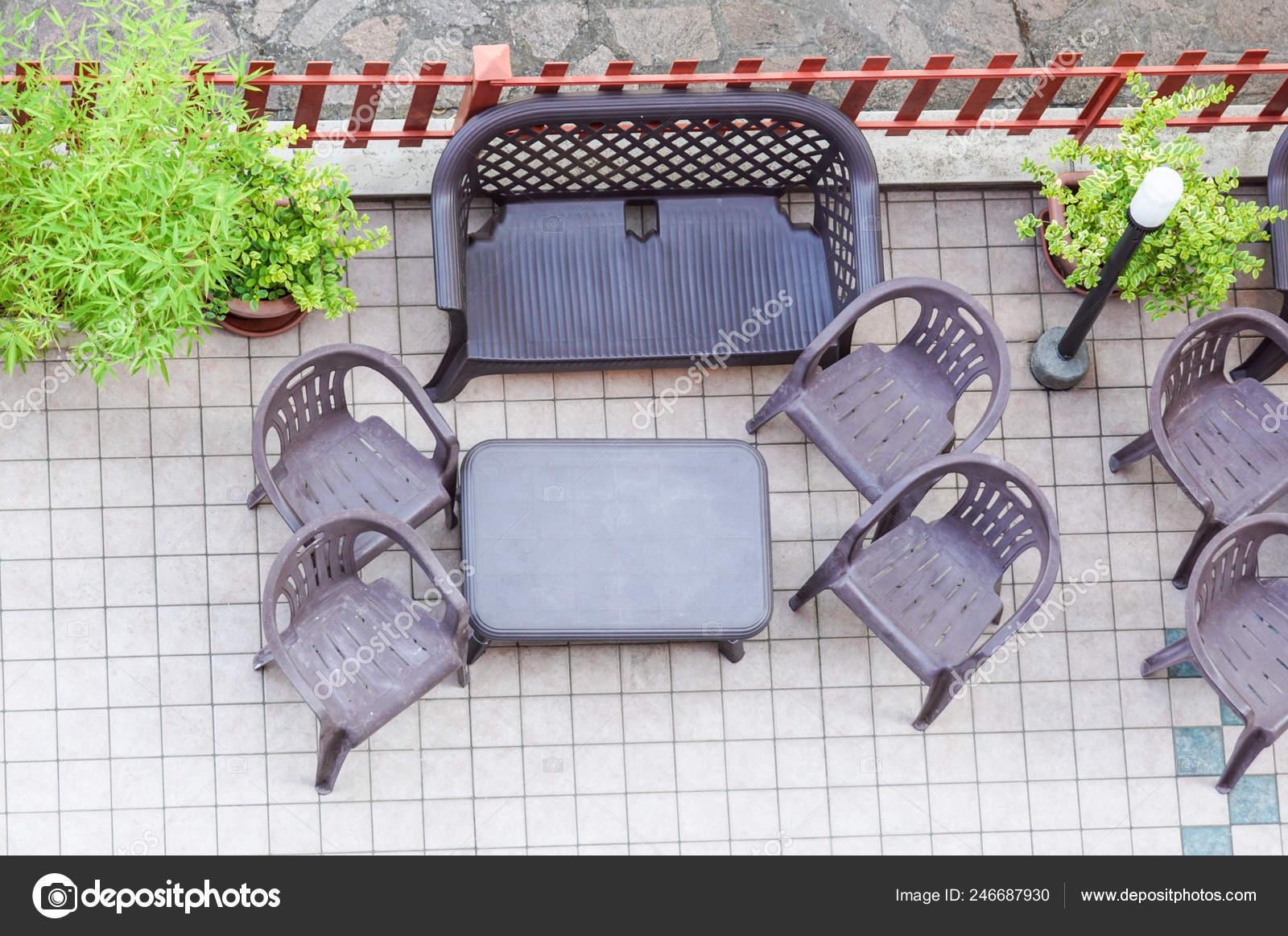 Chaise de table et un jardin d\'en haut. Terrasse ensoleillée ...