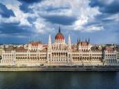 Budapest, Magyarország - Légifelvételek a nappali, a gyönyörű ég és a felhők a magyar Parlament épület