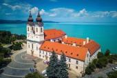 Tihany, Magyarország - Légifelvételek a híres bencés kolostor Tihanyi (tihanyi apátság) gyönyörű coloruful a Balaton és a kék ég háttér
