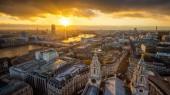 Londýn, Anglie - letecké Panorama panoramatický pohled na Londýn převzata z horní části katedrály St.Paul s při západu slunce s řeky Temže, Krásný zlatý nebe a mraky