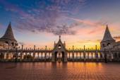 Fényképek Budapest, Magyarország - gyönyörű golden napfelkelte, a Halászbástya, a magyar Parlament és a Szent István Bazilika, a háttér színes sky és clouds