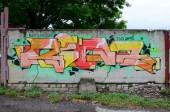 Teljes és tökéletes graffiti mű. A régi fal festék foltot a stílus a street art-kultúra díszített. Színes háttér textúra.