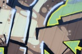 Fragment von Graffiti-Zeichnungen. die alte Wand mit Farbflecken im Stil der Street-Art-Kultur dekoriert. farbige Hintergrundtextur.