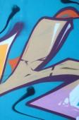 Részlet rajzok graffiti. A régi fal festék foltot a stílus a street art-kultúra díszített. Színes háttér textúra.