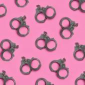 Bdsm Sex Spiele Konzept. Viele Stahl Handschellen liegt auf Pastell rosa Hintergrund. Bondage und Disziplin, Dominanz und Unterwerfung, Sadismus und Masochismus