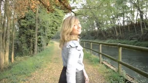 Krásná mladá žena procházky v přírodním parku Ticino