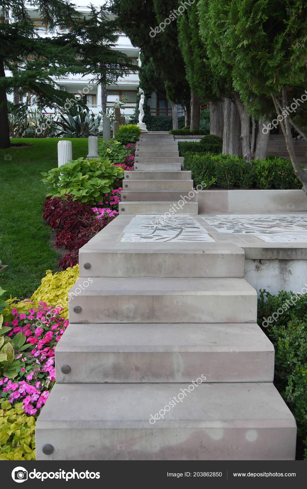 Un escalier fait de grandes dalles de béton conduisant à la ...