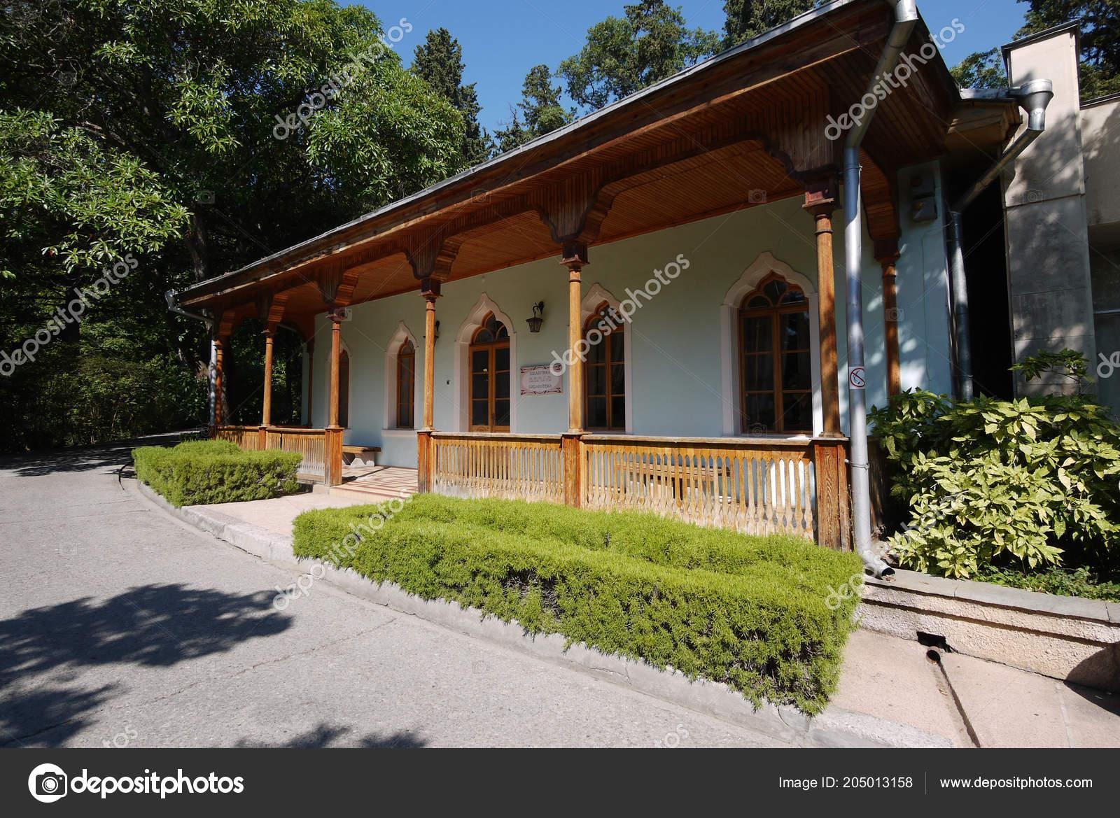 Una Hermosa Terraza Con Techo De Madera Y Pilares Contra El