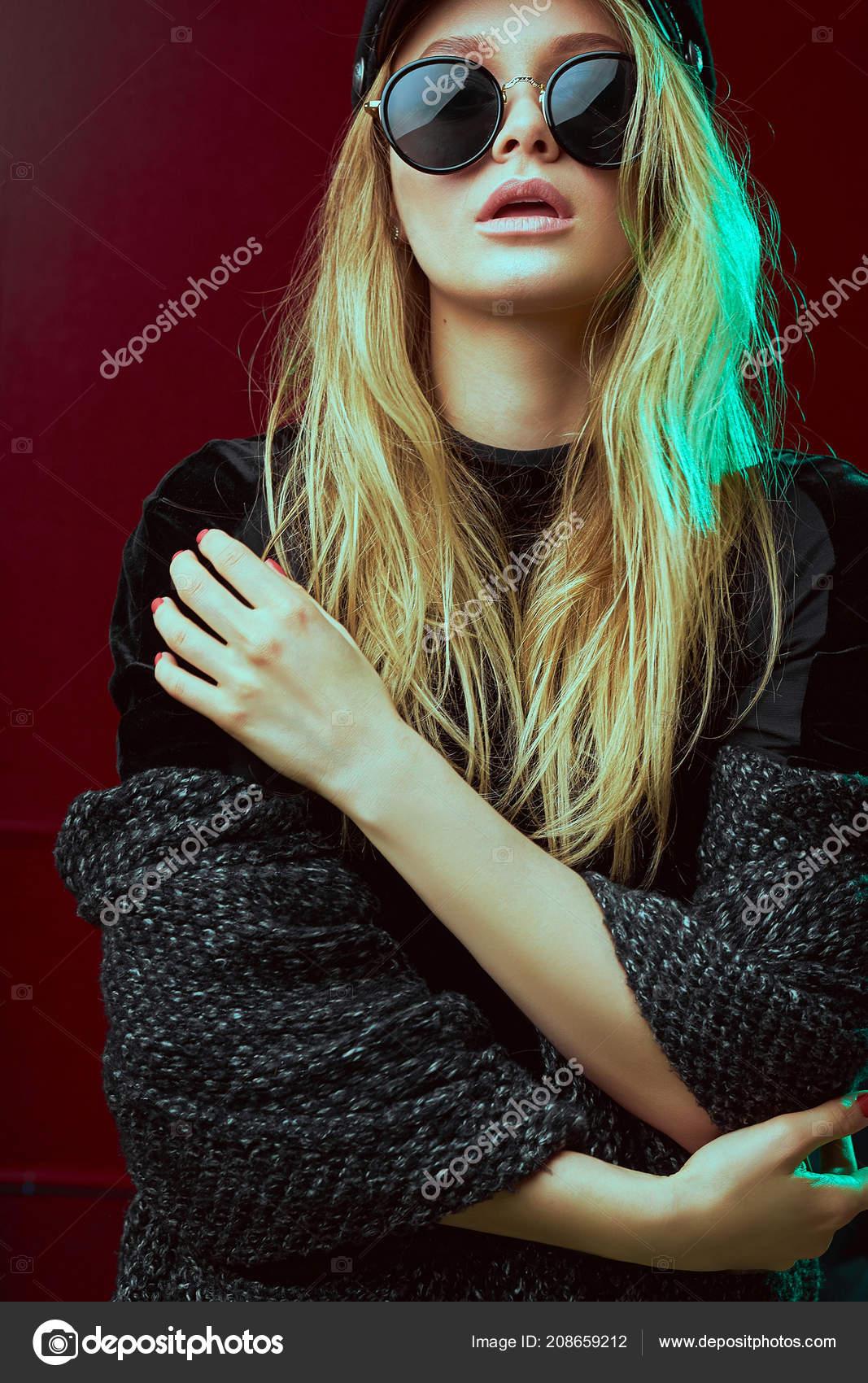 Modèle attrayant, design de mode, tourné en studio. Jeune fille a les  cheveux de wight sourire cool. Modèle professionnel — Image de  vitalii.smulskyi.gmail. ... 680a6f6dcd82