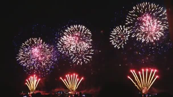 Echtes Feuerwerk vor dem Unabhängigkeitstag am tiefschwarzen Hintergrundhimmel