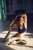 Egy felnőtt nő belső felvételi gyakorlatok különböző inverzió antigravitációs jóga Jóga stúdióban függőágy. A mentális és fizikai egyensúlyt, egy személy erőfeszítés és az eredmény fogalma