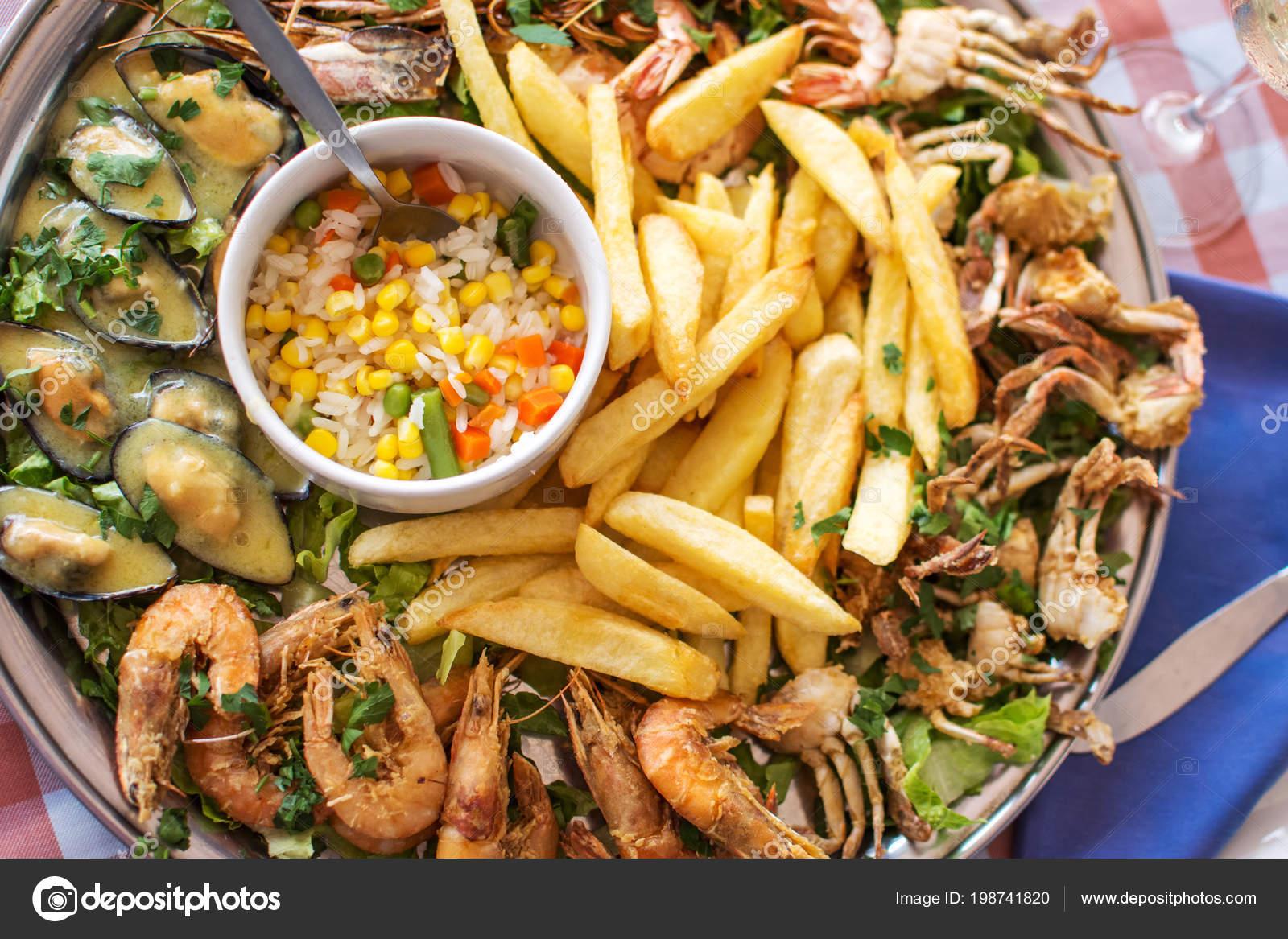 Kızarmış Deniz Ürünleri Yengeç Karides Midye Ile Kızarmış Patates Pilav —  Stok fotoğraf 02337779e6