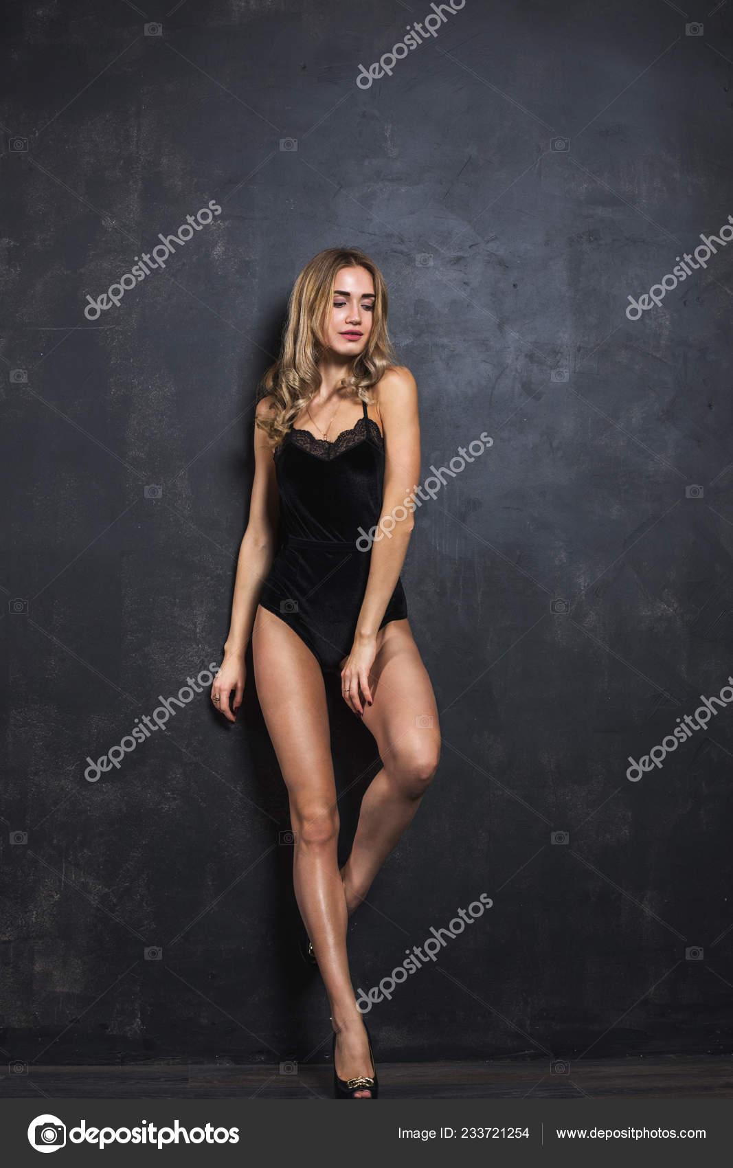 Фото девушка с красивой фигурой позирует на фото — photo 4