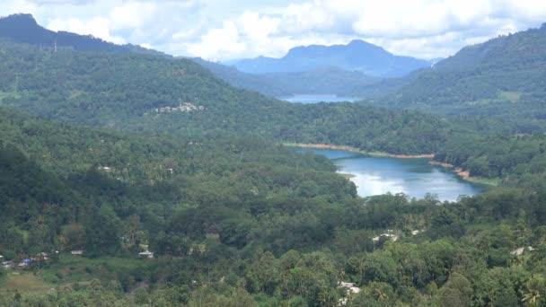 Panoramatický výhled na Kotmalskou přehradní nádrž v ústřední provincii Srí Lanka. Pohled na zelené údolí s vesnicemi. Pohled na horskou krajinu v zeleném údolí s vesnicemi