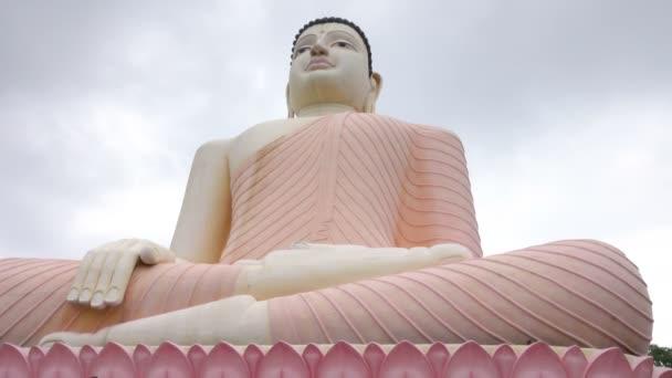 Socha Sedící Buddhy v chrámu Kande Viharaya v Aluthgamě na Srí Lance. Close-up