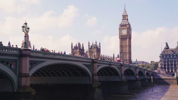 Domy parlament, Tower Clock, Big Ben a auto dopravní most přes řeku Temži, Londýn, Velká Británie ve slunečný den