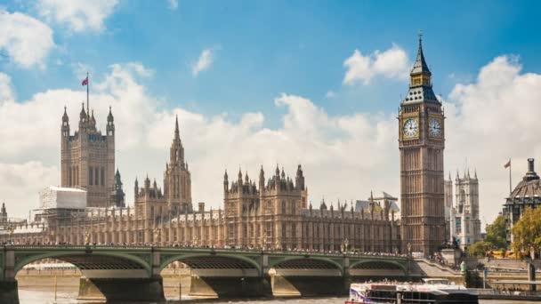 Házak a Parlament, a Tower Clock, a Big Ben és a híd forgalmi autó Temze folyón, London, Egyesült Királyság, napsütéses napon