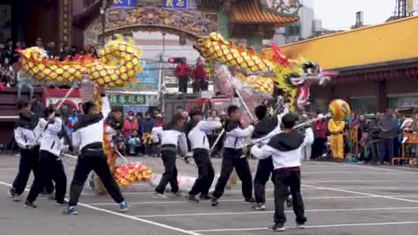 Vezetője a sárkány az oroszlán tánc a Miaoli Hakka Lantern Festival Dragon bombázás, hagyomány Tajvan során a kínai újév ünnepe