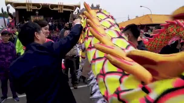 Miaoli, Taiwan-08 február, 2019:4k vezetője a sárkány az oroszlán Dancing a Miaoli Hakka Lantern fesztivál sárkány bombázás, hagyomány Tajvan során a kínai újév ünnepe