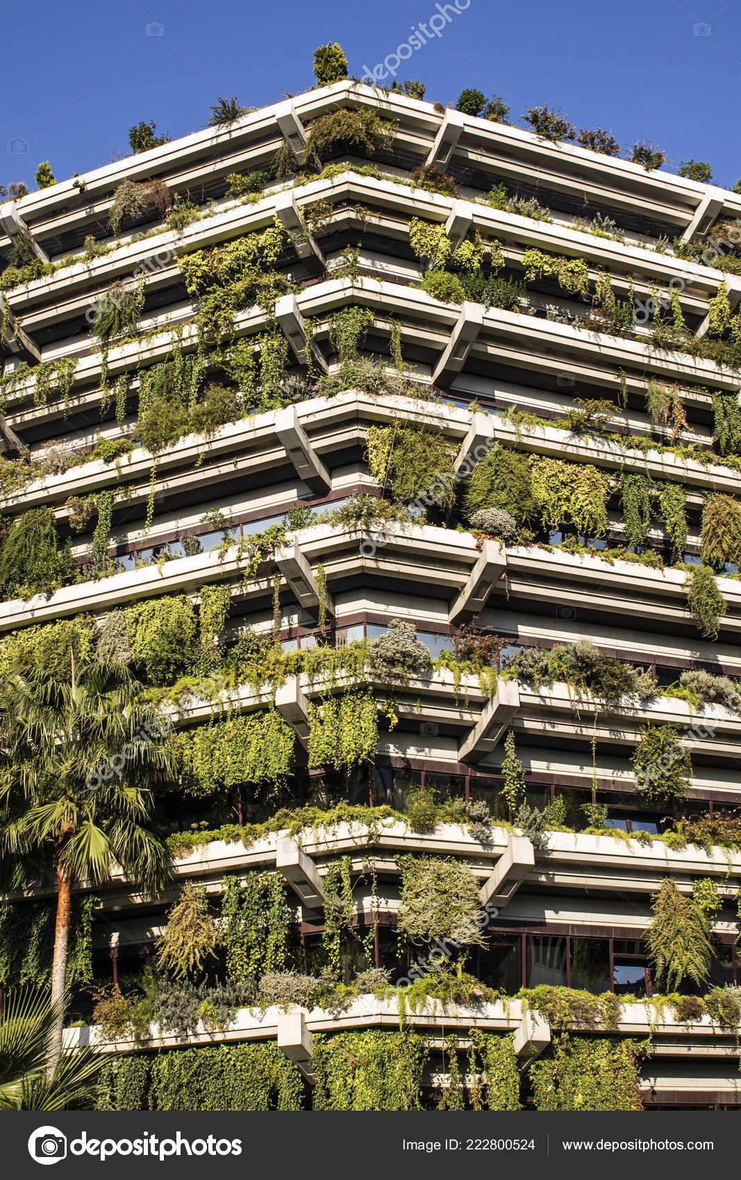 Exterior Del Edificio Con Una Terraza Llena Plantas Foto