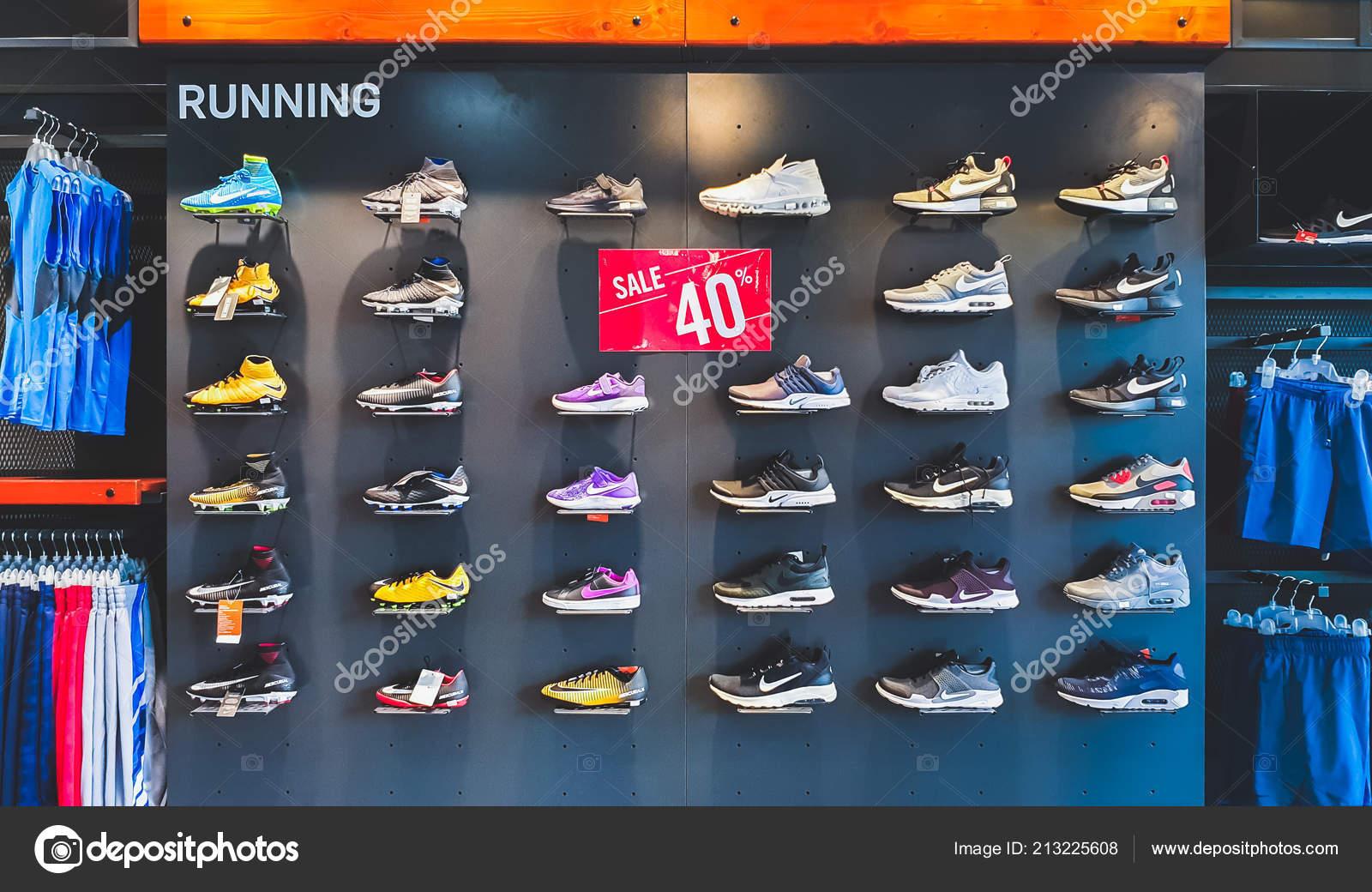 9fb278ddda Bangkok Tailândia Setembro 2018 Nike Tênis Roupas Prateleira ...