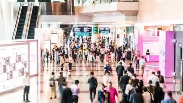 4k Uhd Časosběr z plno lidí, kteří jdou na výstavní síň vchodu. Mezinárodní veletrh expo událost, komerční obchodní činnosti nebo obchodního veletrhu konceptu, zmenšit efekt