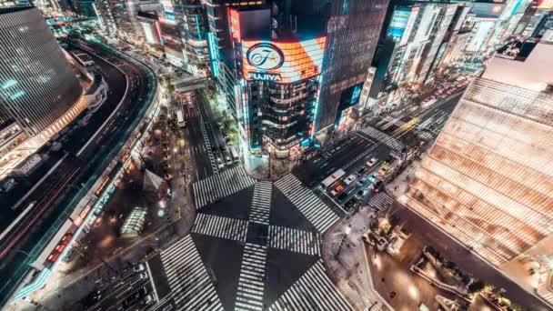 4k Uhd letecký pohled time-lapse Ginza silniční křižovatky v noci, plno lidí, kteří jdou na přechod pro chodce a auto semaforu stezky. Doprava Asie, asijský městský život nebo Japonsko turistiky konceptu