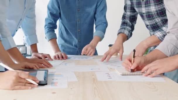 Fiatal ázsiai üzleti pénzügyi csapat dolgozik együtt projekt ötletbörze találkozó. Együttműködés csapatmunka, stratégiatervezés, kisvállalkozások indítása vagy irodai munkatársak együttműködése koncepció