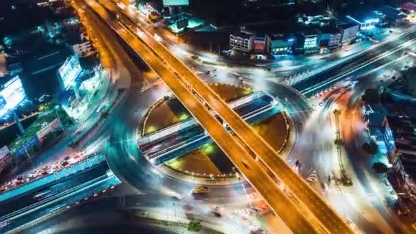 Hyperlapse time-lapse automobilové dopravy nad kruhovým objezdem silnice v asijském městě. Letecký pohled dronu letí v kruhu, ve vysokém úhlu. Veřejná doprava nebo životní koncept města dojíždějícího