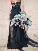 Halloween sexy Hexe Frau Porträt, dunkles Kleid und Blumenstrauß, gold Diadem, gotische Details, Hochzeit Braut Stil.