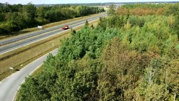 Nákladní a osobní automobily, jízdy po dálnici mezi doménovou strukturou. Pohled z DRONY.