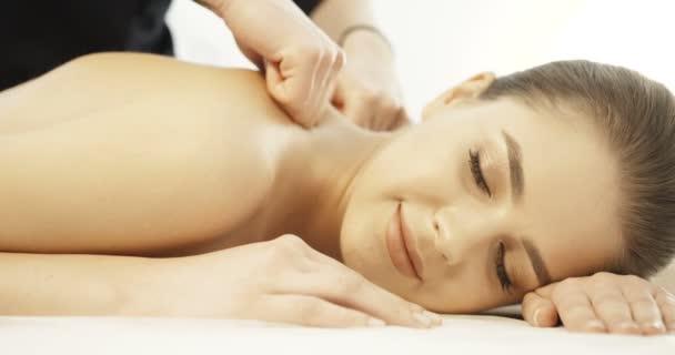 Koncept péče o pleť a zdraví. Usmál se uvolněná žena přijímání masáže Spa Salon 4k uspokojení těší léčby detail