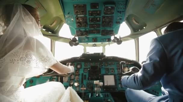 Rückansicht des schönen glücklichen Brautpaares im Cockpit.