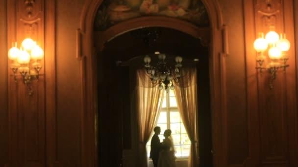 Glückliche Frischvermählte im schönen alten Barockschloss.