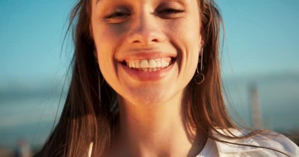 Detailní portrét mladé atraktivní ženy s velkým krásným úsměvem a přírodní make-up při pohledu na fotoaparát. 4 k video