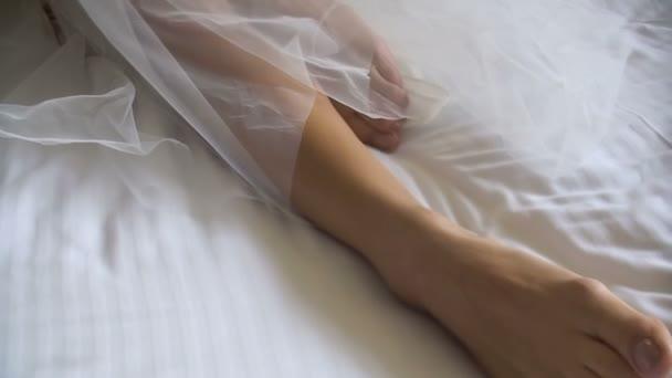Erotikus biew, az ismeretlen menyasszony leing az ágyban vonzó lábak.