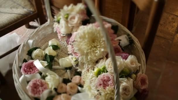 Krásná Kytice růží bílé a růžové v košíku. Složení svatební.