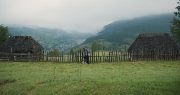 Mladý krásný pár v Karpatských horách. Romantická datování nebo milování v deštivém, mlhavé den. Atmosférické. 4k.