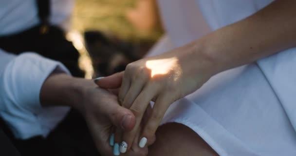 junges schönes Paar in den Karpaten. romantisches Dating oder Liebesspiel an sonnigen Tagen. atmosphärisch. 4k.