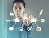Fotografia Donna che preme su un touch screen di un menu con icone. Interfaccia utente futuristico
