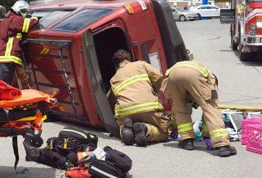 Araba kaza kaza çarpışma acil durum ekibi yaralanma