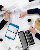 Lidé přezkoumává plány na stůl