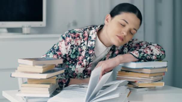 Frau hat genug vom Bücherstudium