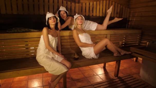 Frauen ruhen sich in Sauna aus