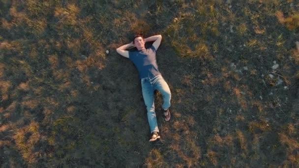 Anténa zastřelil mladého muže ležet a odpočívat