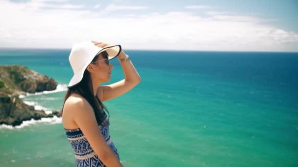 nő élvezi vele nyaralni