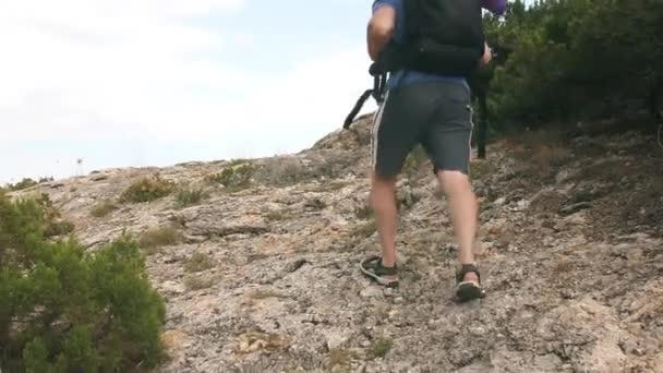 Muž cestovatel cítit koleno bolí